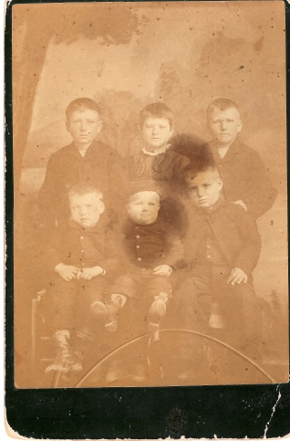 Scott family 1885Back row - George, Ada, Tom-- front row - Lou, Bob, Roy
